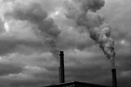 ¿Cómo se produce la contaminación del aire?